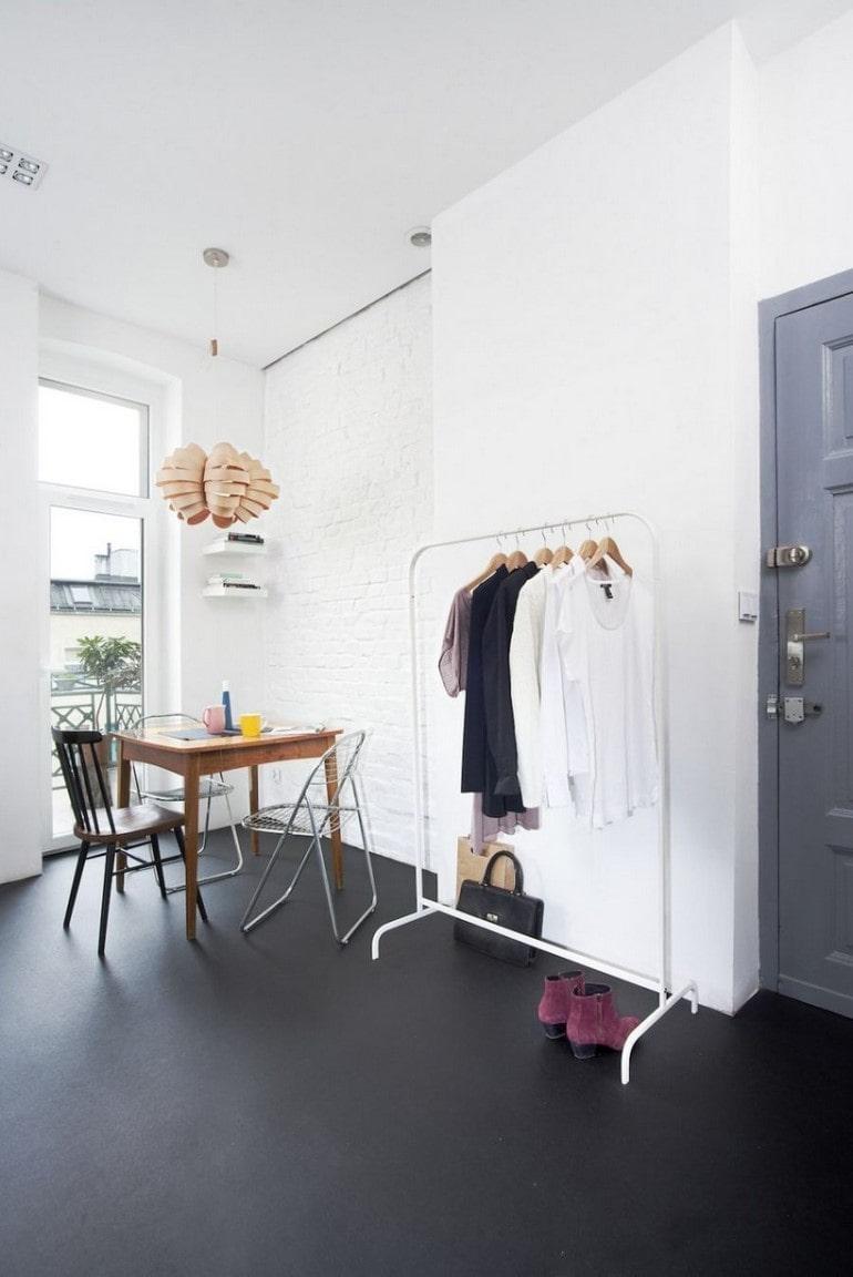 minimalizm w przechowywaniu ubrań