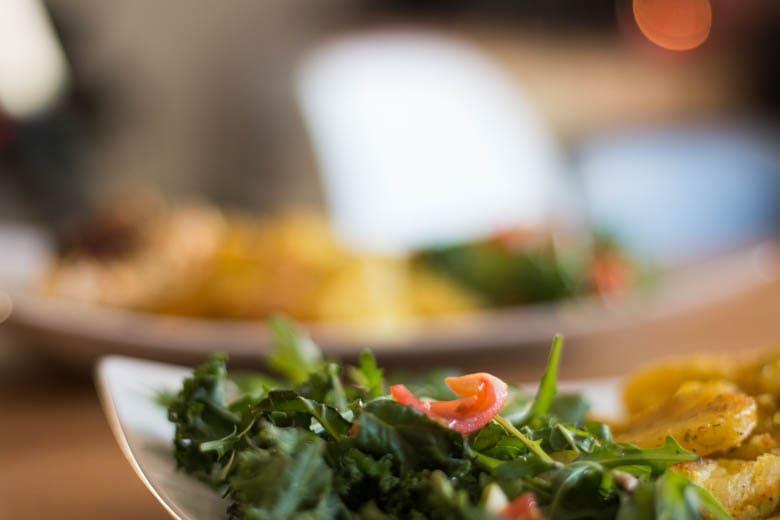 pierś zkurczaka faszerowana mozarellą, suszonymi pomidorami ibazylią